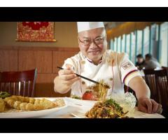 Повар китайской кухни в ресторан